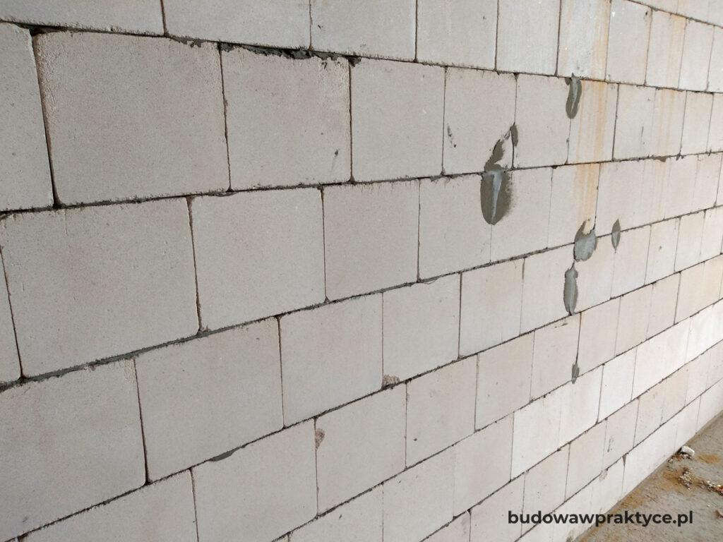 murowane ściany parteru