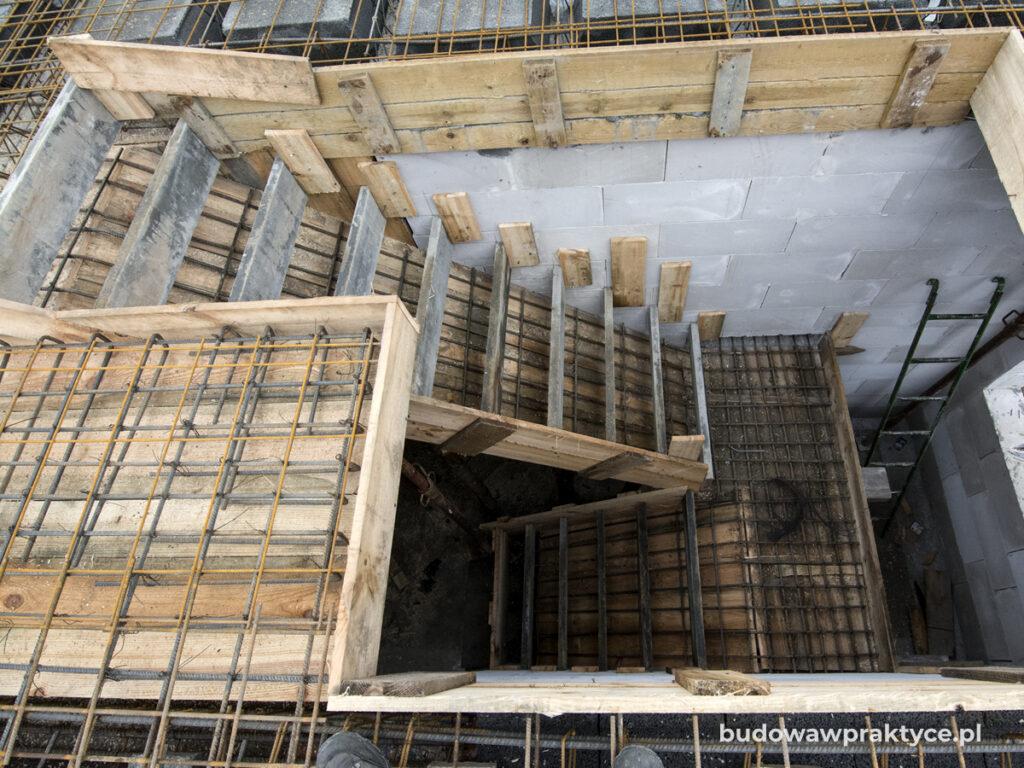 Zbrojenie schodów dwubiegowych ze spocznikiem